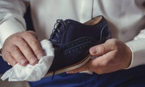 Limpiando zapato de ante negro