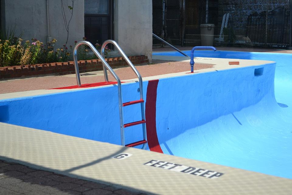 Limpiar piscina vacía